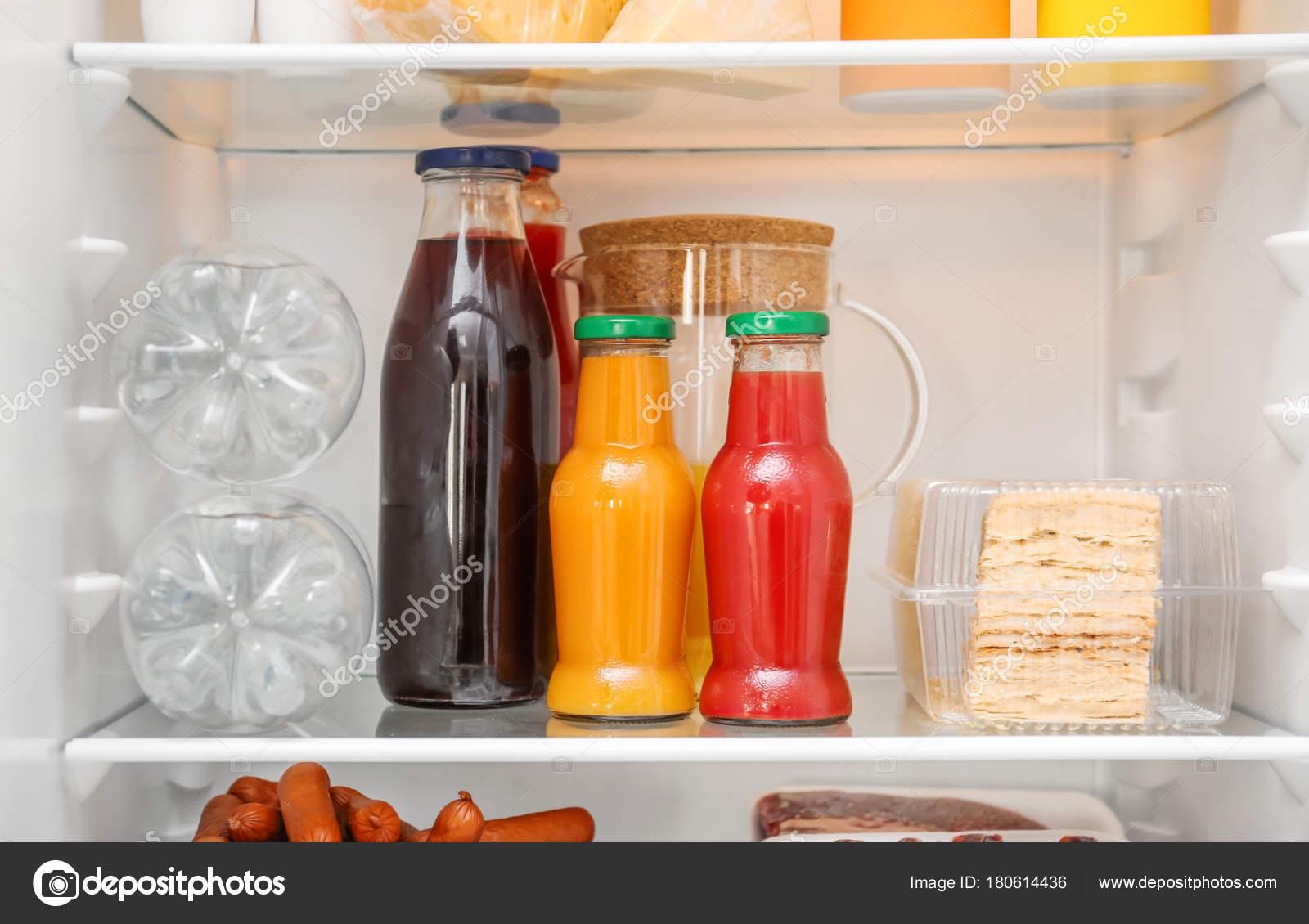 Kühlschrank Regal : Flaschen mit wasser und saft kühlschrank regal u stockfoto