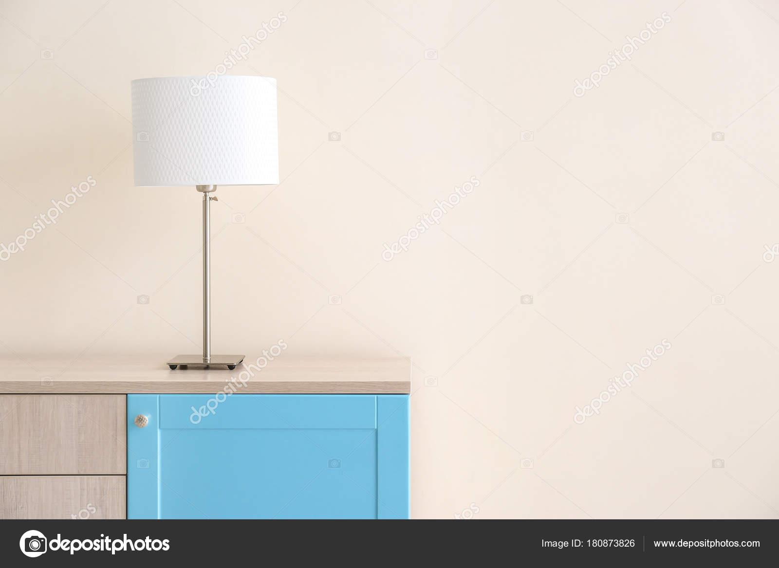 Lamp In Kast : Lamp houten kast buurt van lichte muur u stockfoto belchonock