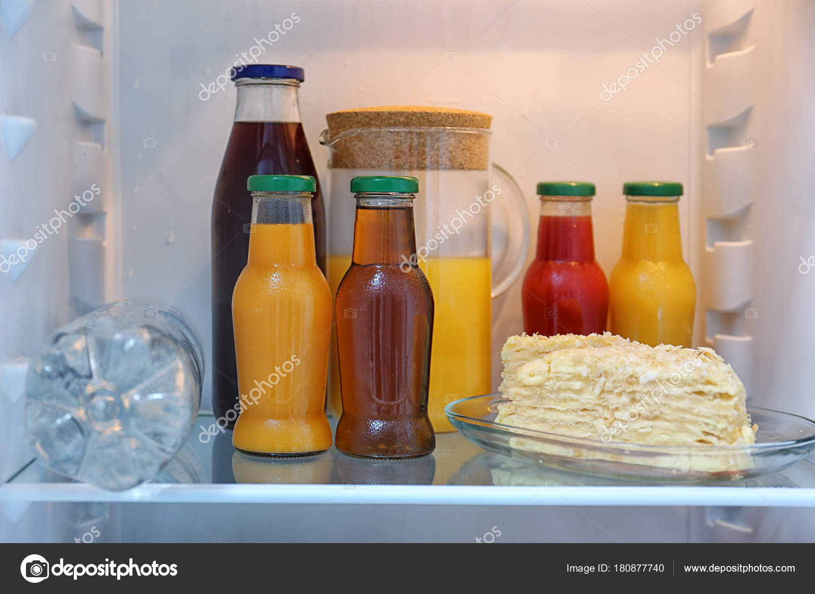 Kühlschrank Regal : Getränke und kuchen kühlschrank regal nahaufnahme u2014 stockfoto