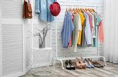 Interiér čistý šatnu s stojan na oblečení