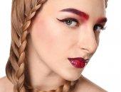 Fotografie Junge Frau mit gefärbten Augenbrauen auf weißem Hintergrund