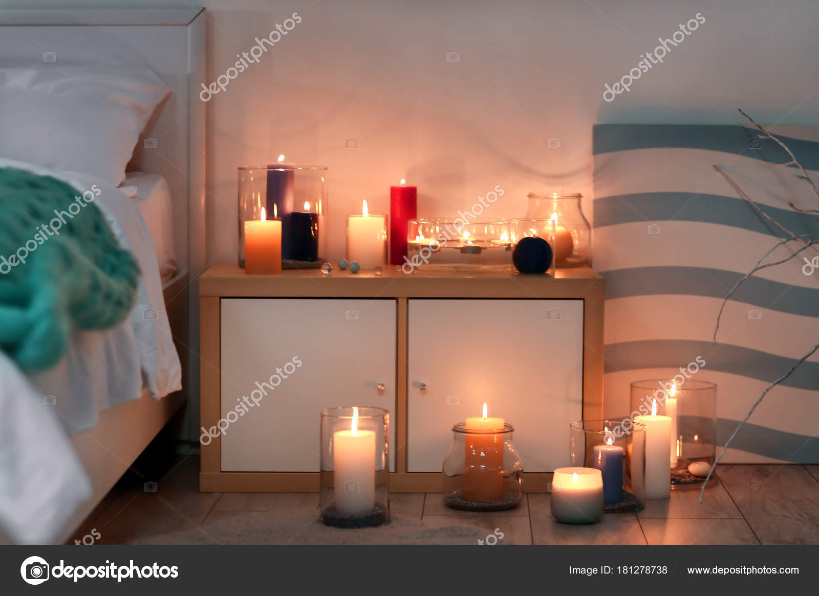Camera Da Letto Romantica Con Candele : Accogliente camera letto decorata con candele accese u foto stock