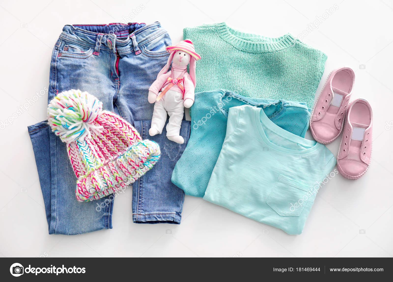 1cd531d3f29 Σύνθεση με μοντέρνα παιδιά ρούχα σε λευκό φόντο — Φωτογραφία Αρχείου ...