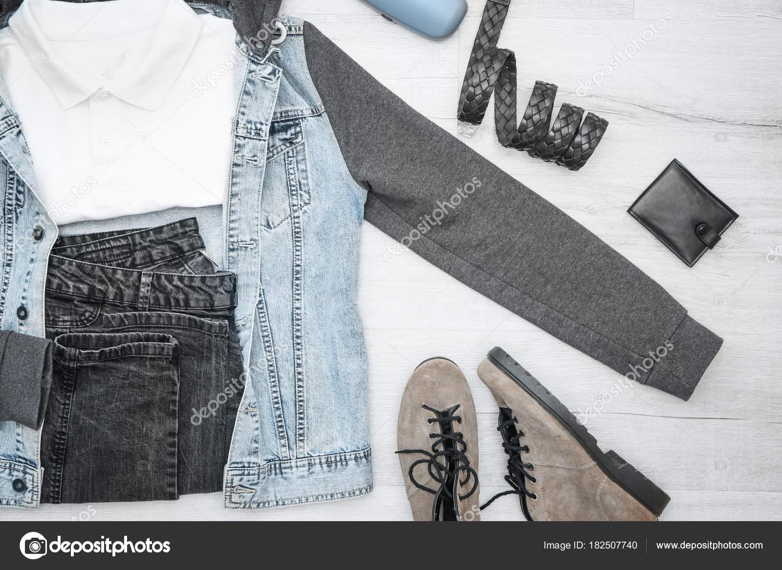 06ffdacaf3 Μοντέρνα ανδρική hipster ρούχα σε φόντο ξύλινη — Φωτογραφία Αρχείου ...
