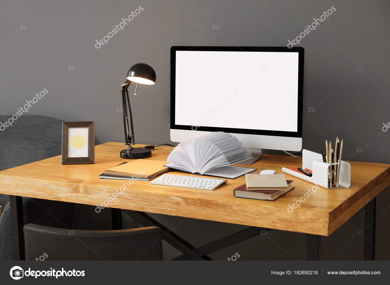Confortable maison travail avec ordinateur sur bureau