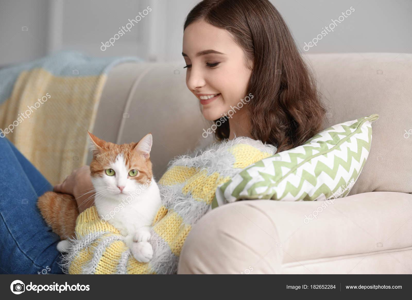 mladá krásná dospívající kočička