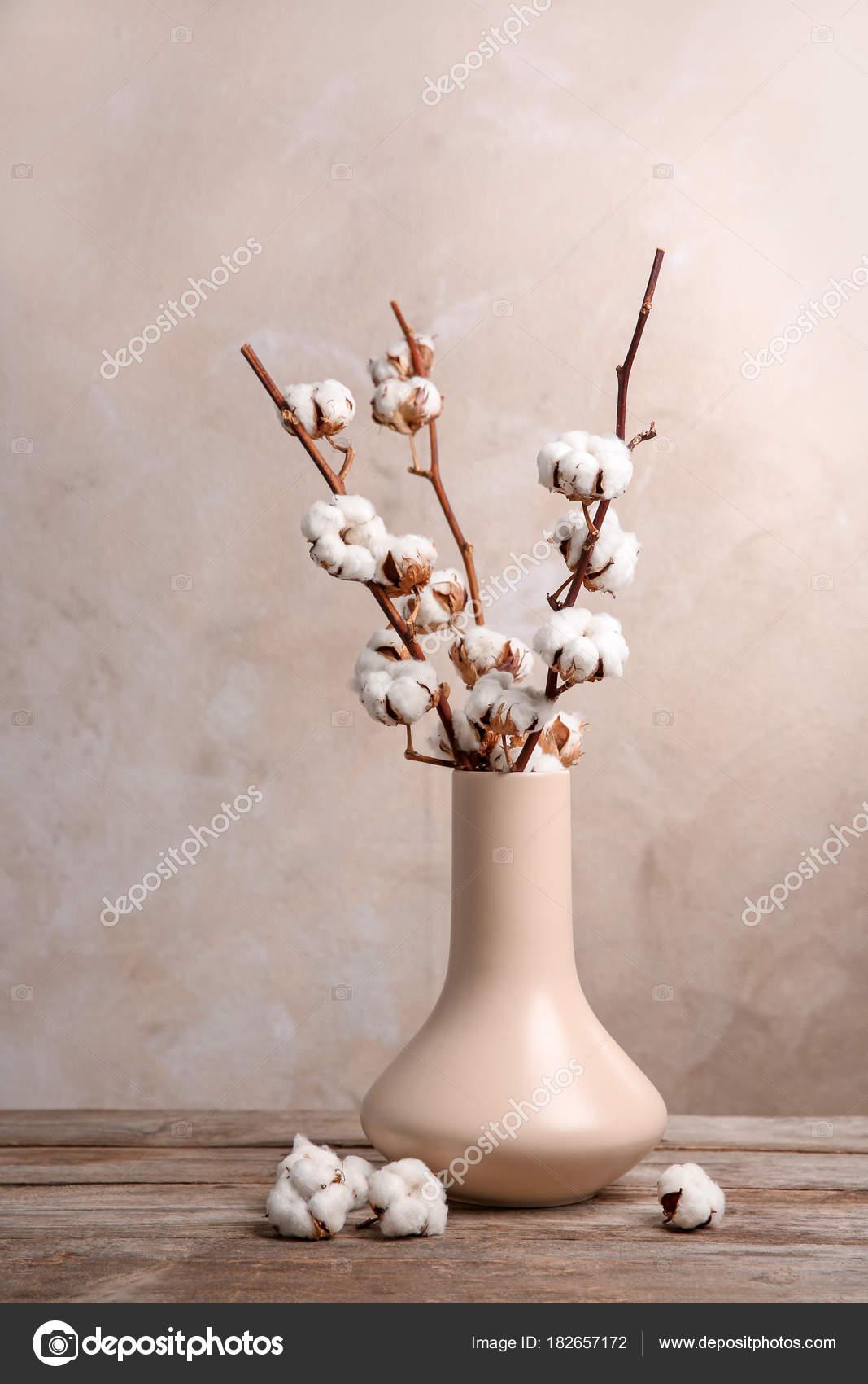 Coton Fleurs Dans Vase Sur Table Photographie Belchonock C 182657172