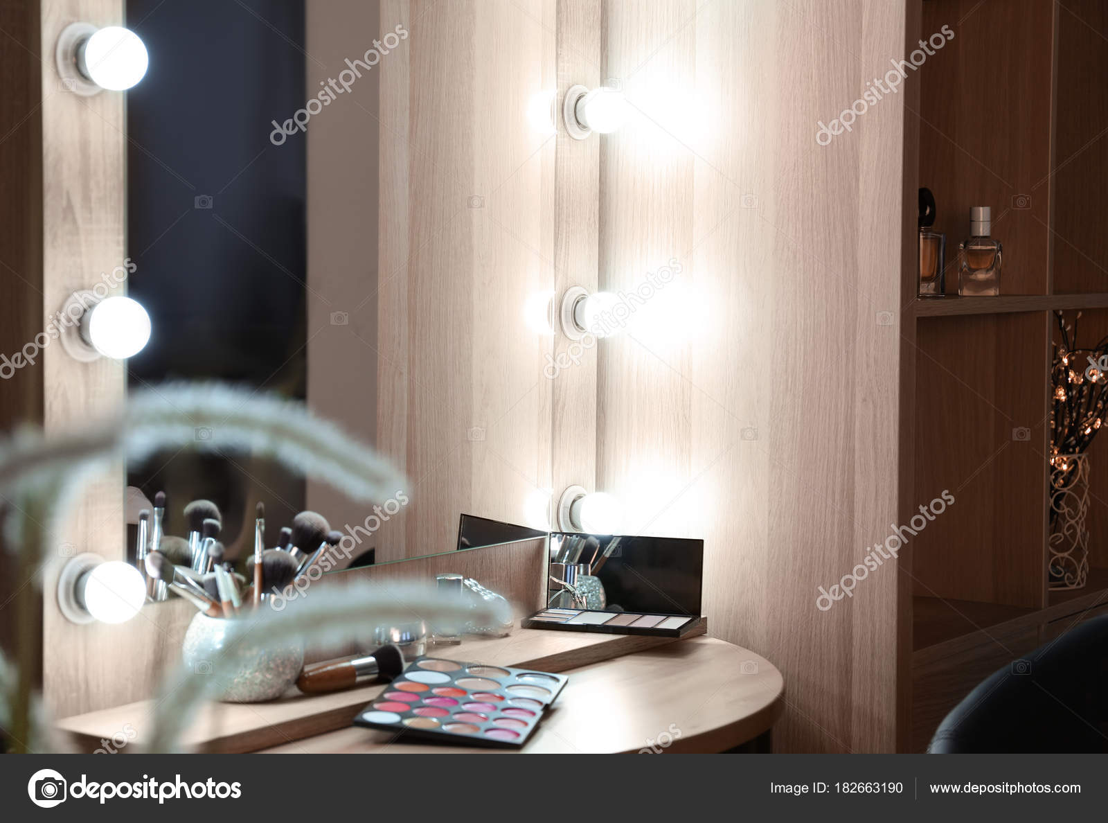 Betere Spiegel Met Lampen Moderne Make Kamer — Stockfoto © belchonock ED-93