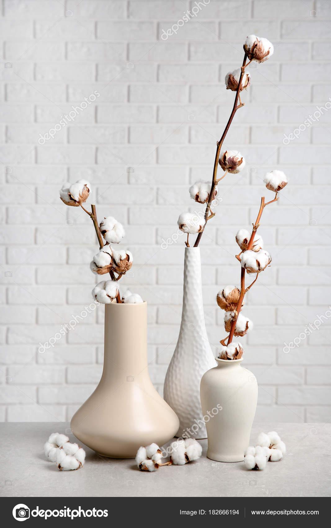 Coton Fleurs Dans Des Vases Sur Table Photographie Belchonock