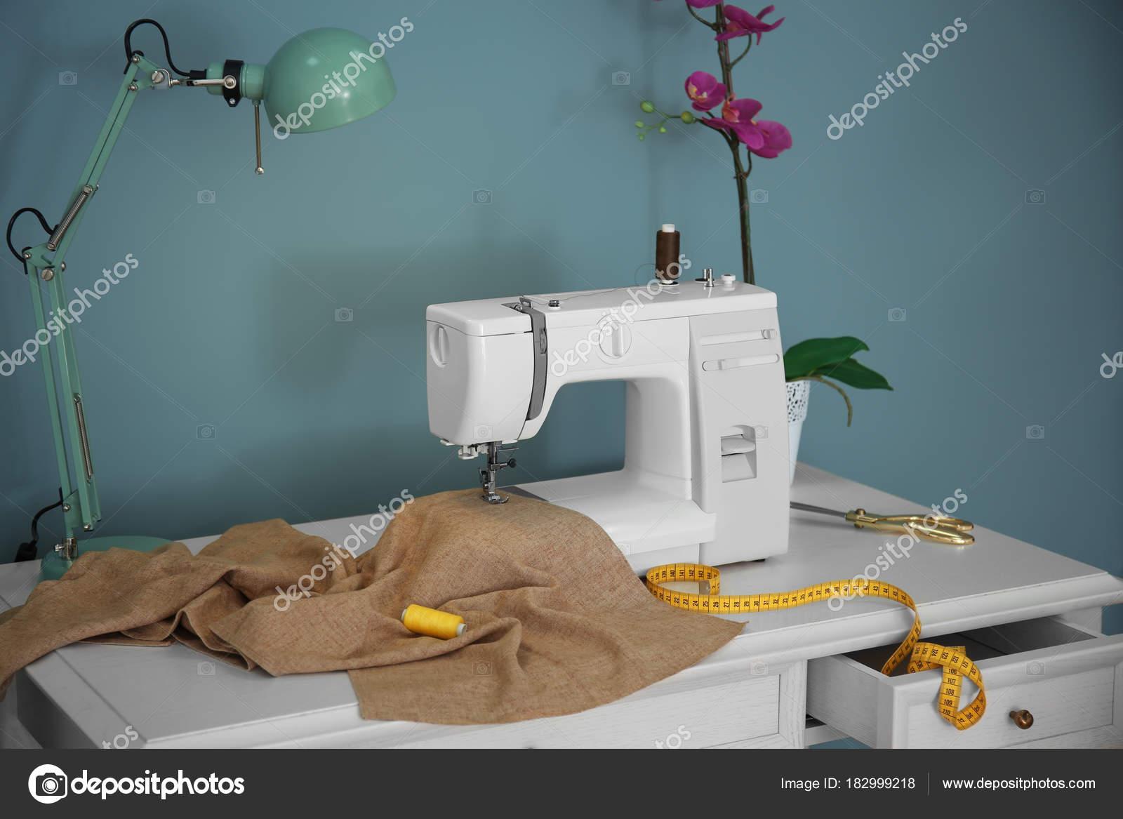 Maat bureau met moderne naaimachine u stockfoto belchonock