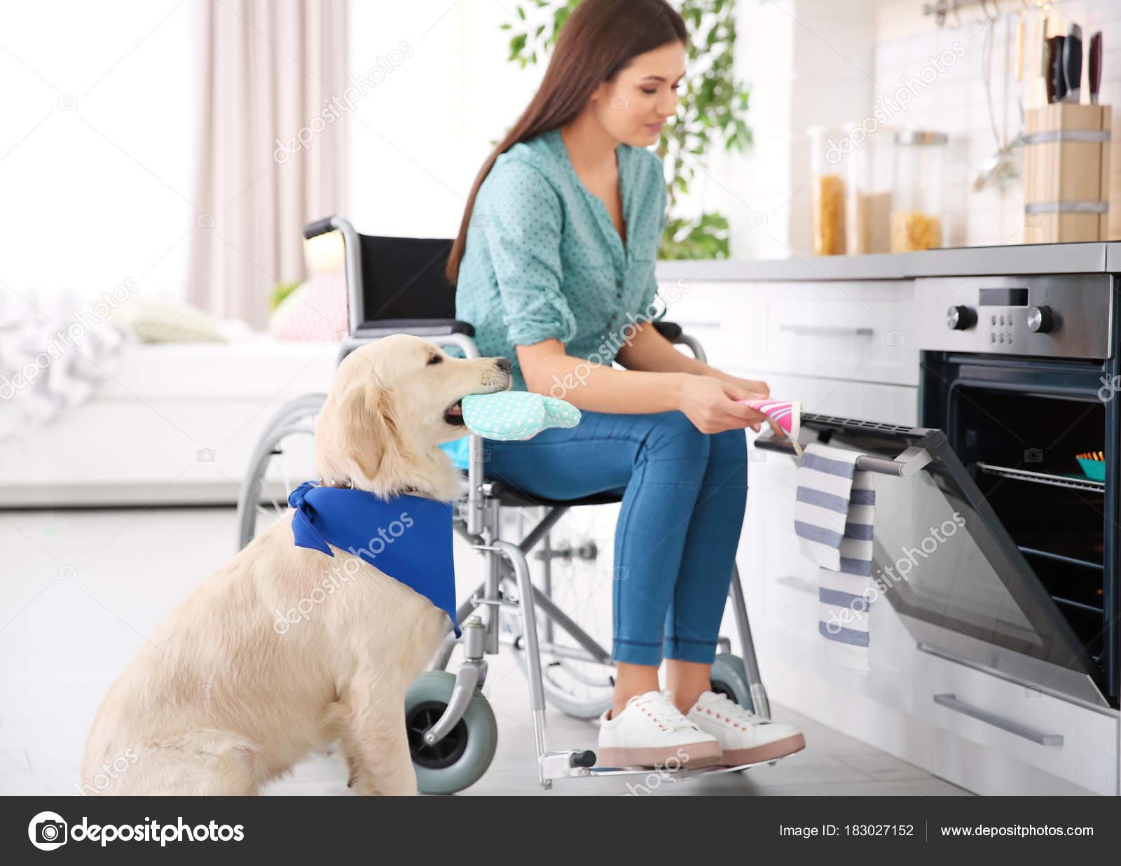 Mujer en silla de ruedas de cocina — Foto de stock © belchonock ...