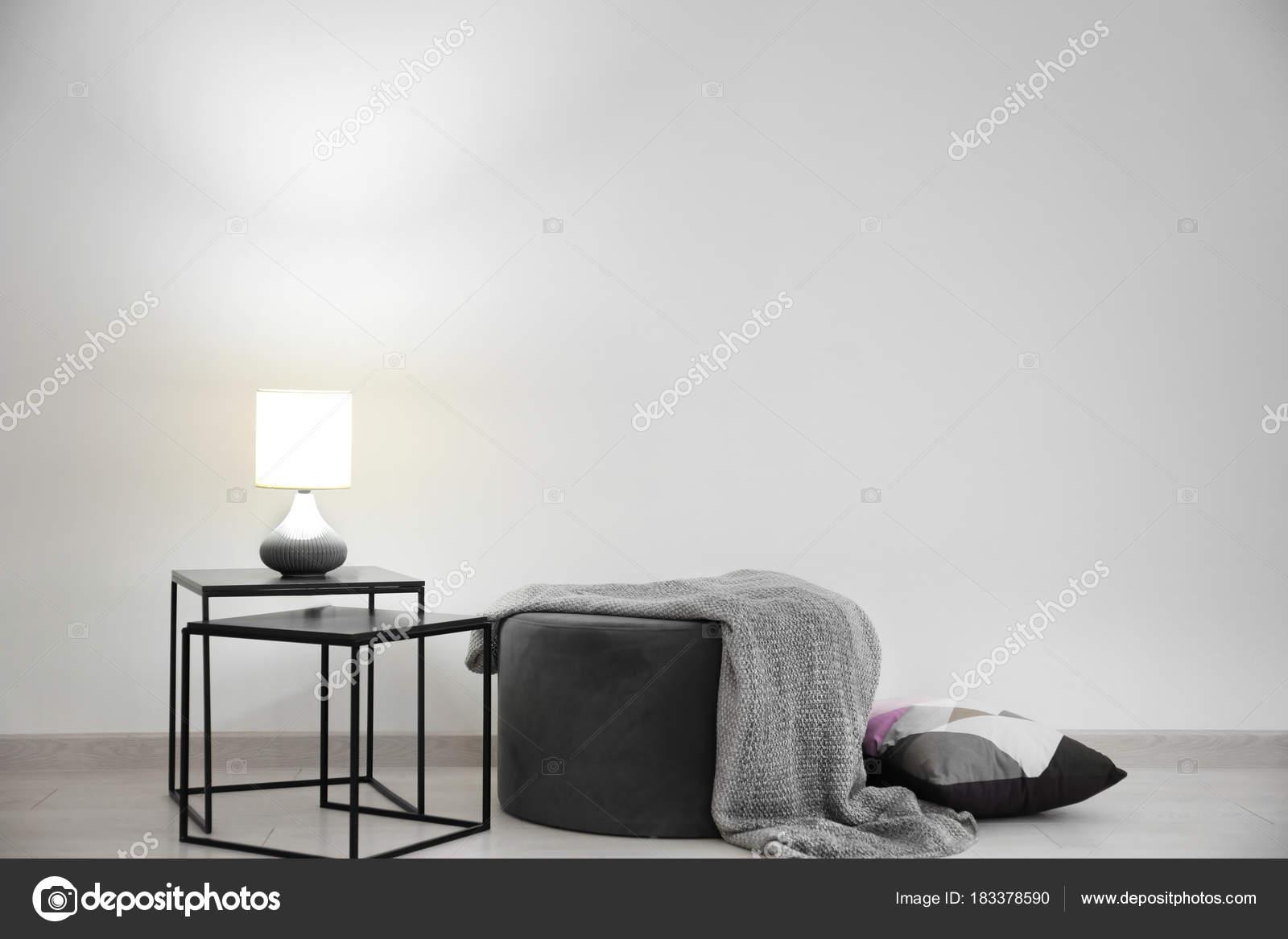 Woonkamer interieur met elegante tafel en poef in de buurt for Woonkamer tafel