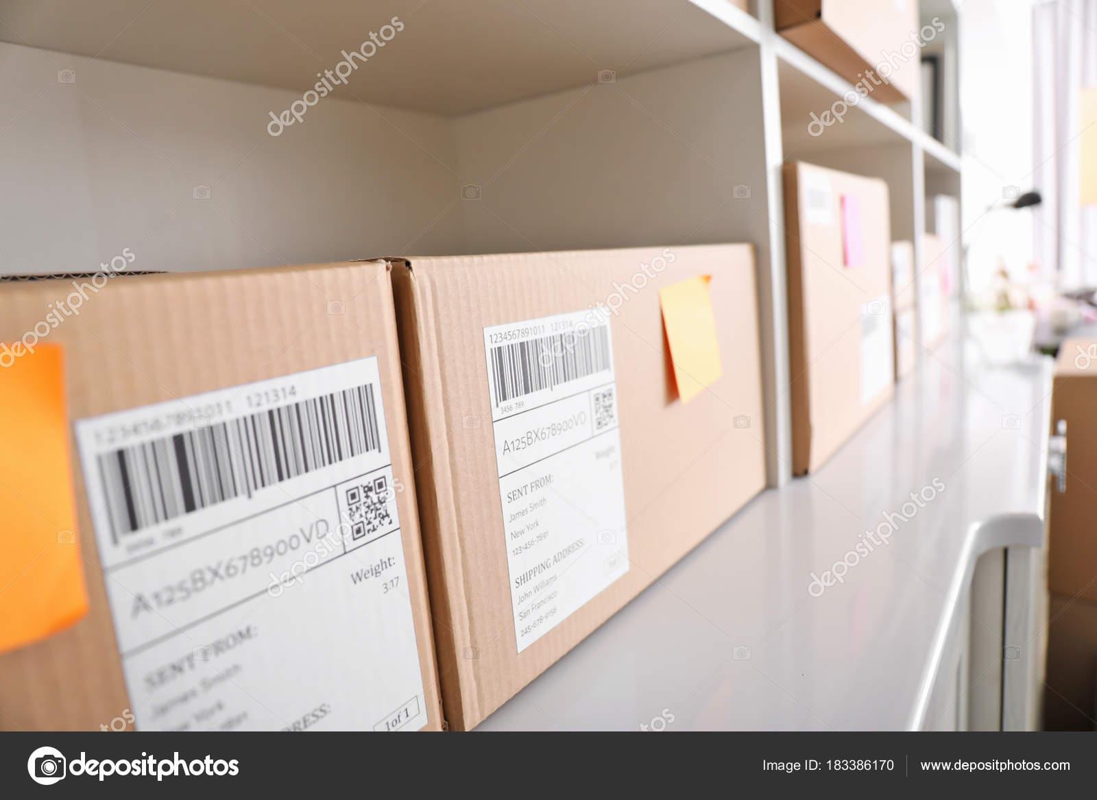 fc609e14948 Ράφια με δέματα έτοιμα για αποστολή σε πελάτες στο γραφείο στο σπίτι ...