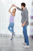glückliches Paar tanzt zu Hause