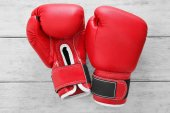 Photo Boxing gloves on wooden background