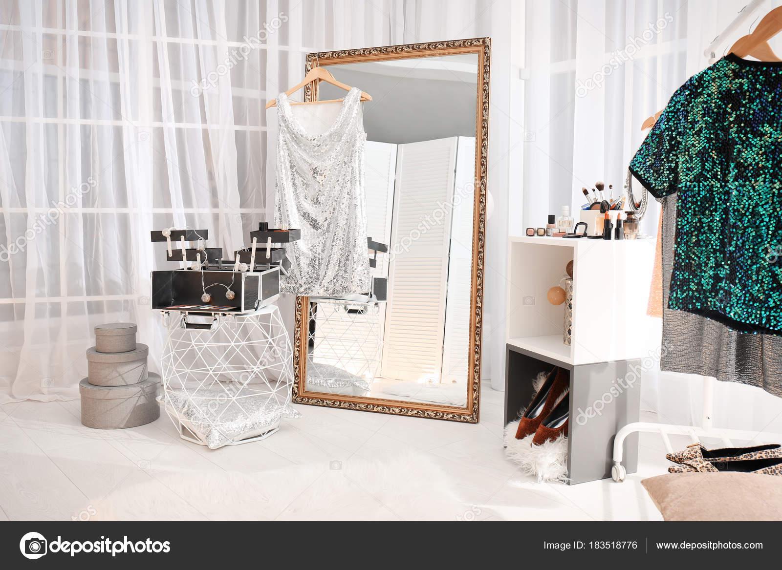 Ongebruikt Make Kamer Interieur Met Grote Spiegel — Stockfoto © belchonock RH-45