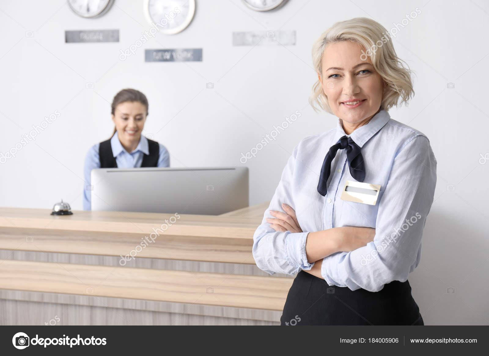 Weibliche Rezeptionist Arbeitsplatz — Stockfoto © belchonock #184005906