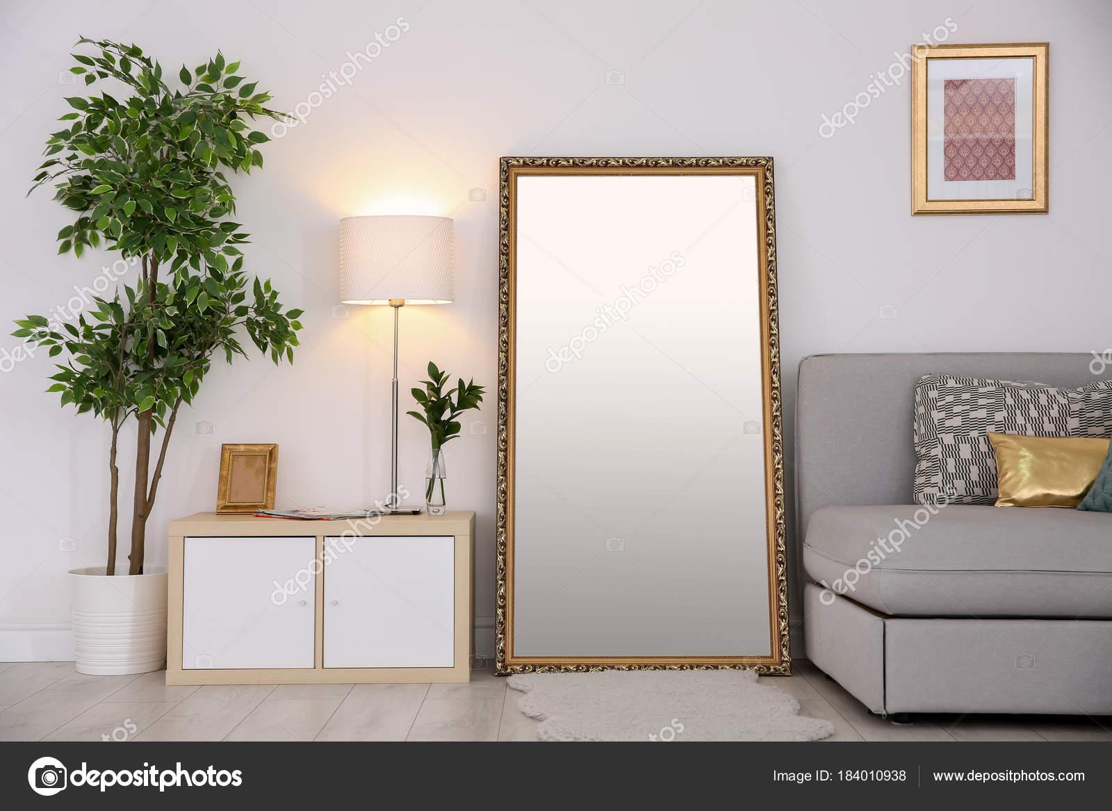 Grote Spiegel Hout : Grote spiegel. een grote spiegel boven de waskommen van grof hout