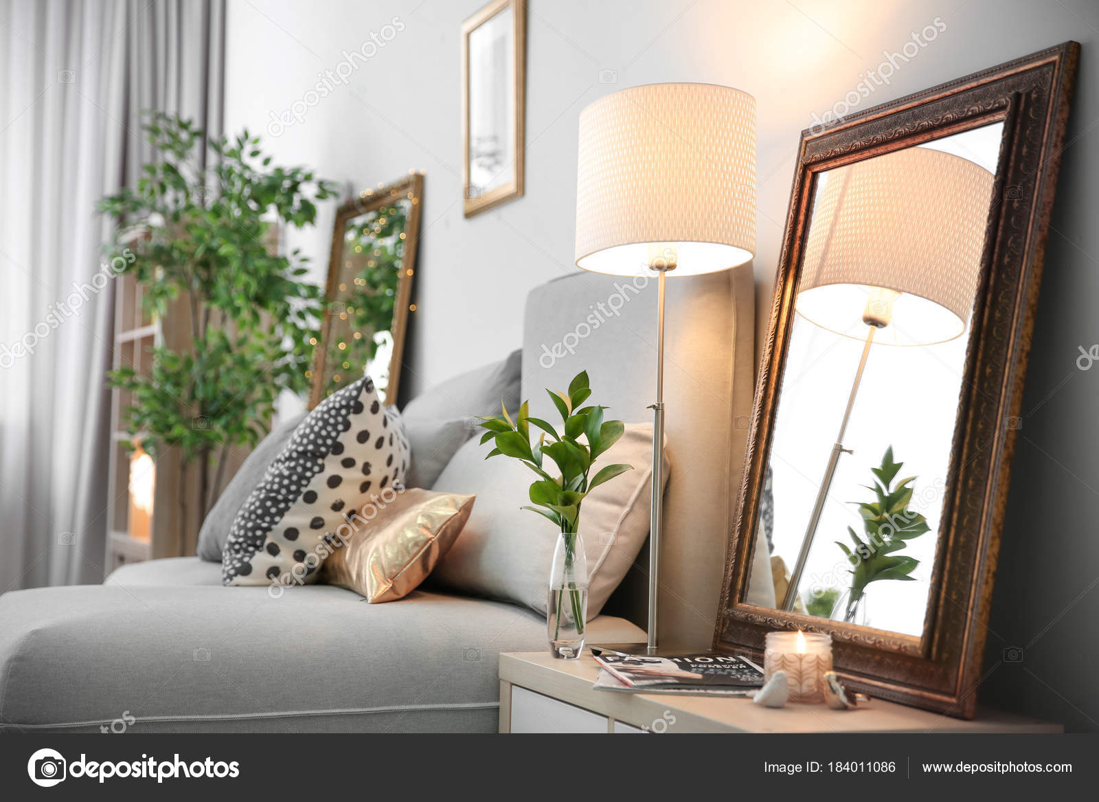 Elegante Kamer Interieur Met Spiegel Het Nachtkastje — Stockfoto ...