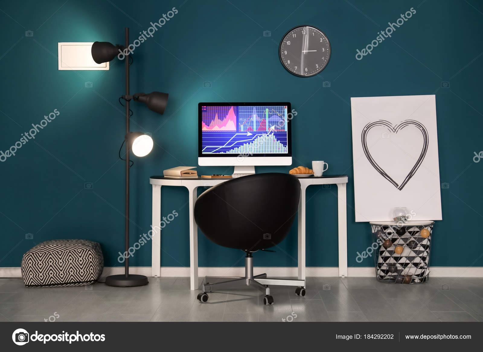 Confortable maison travail avec ordinateur sur le bureau contre le