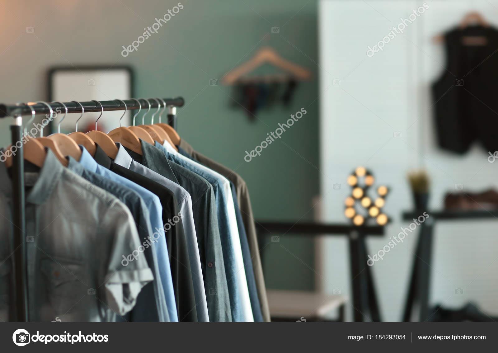 c8cd69ab4dc4 Κρεμάστρα ρούχων με πολλά πουκάμισα — Φωτογραφία Αρχείου ...