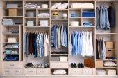 Fotografie Velká šatní skříň s mužské oblečení pro šatny
