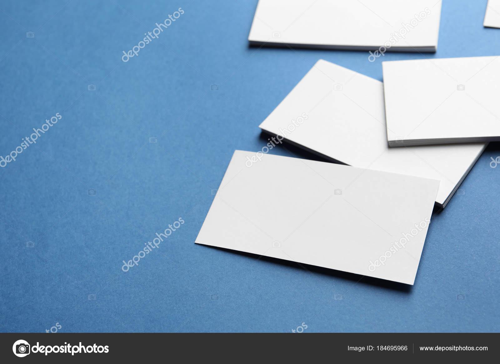 Leere Visitenkarten Auf Farbhintergrund Stockfoto