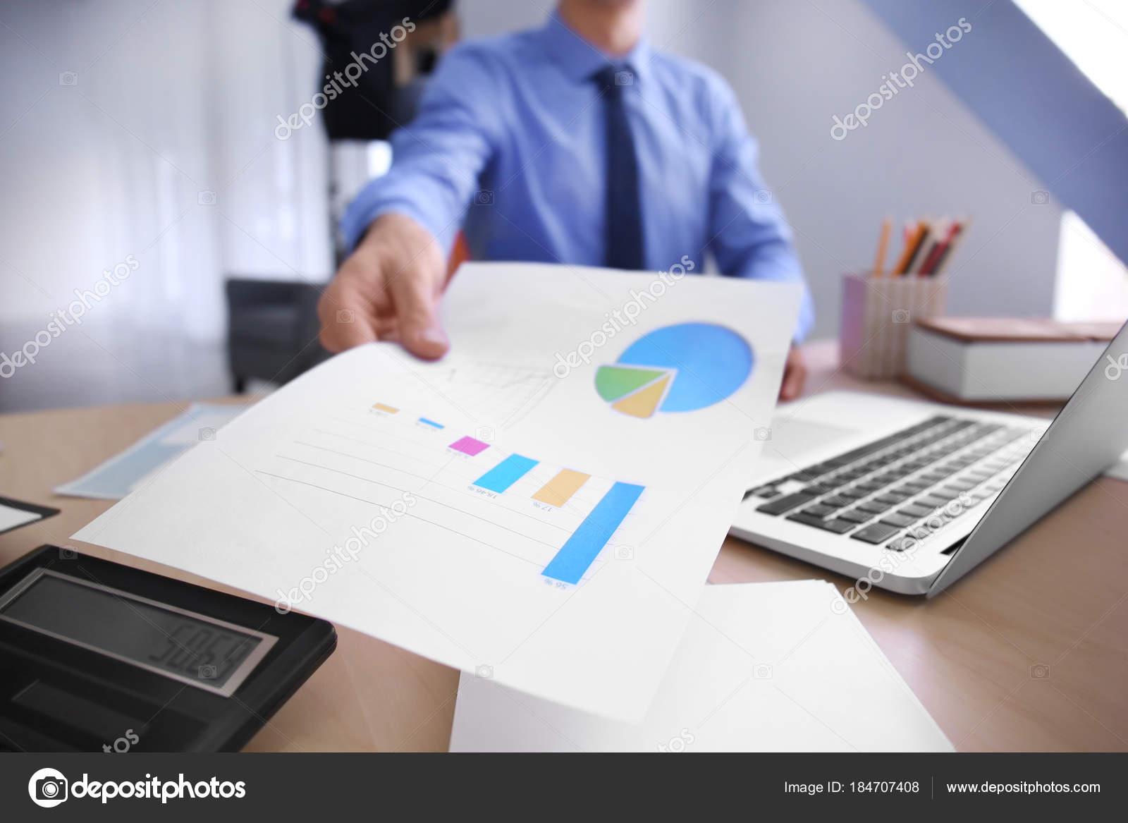 Ufficio Primo : Uomo che lavora al tavolo in ufficio primo piano. concetto di