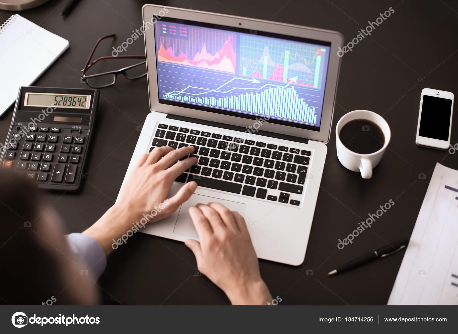 Mann Am Tisch Im Buro Ansicht Von Oben Arbeiten Trading