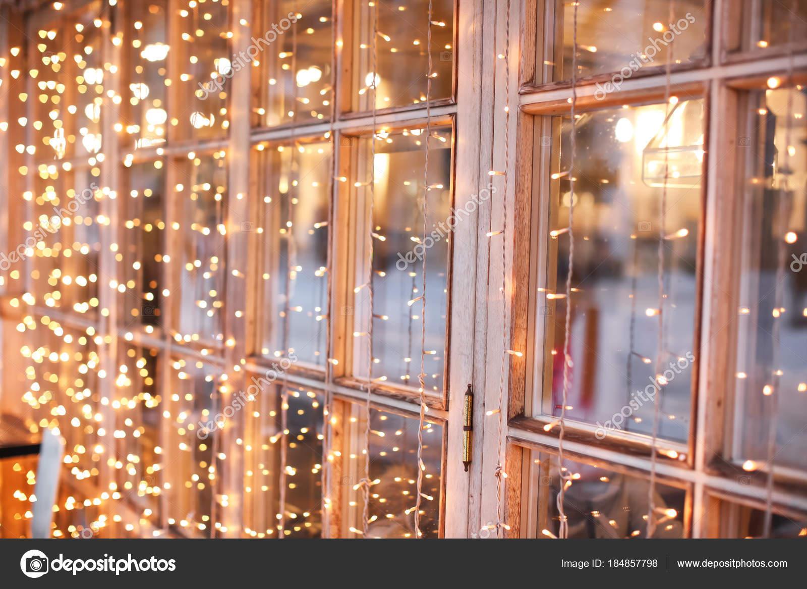 Weihnachtsbeleuchtung Dachfenster.Wunderschöne Weihnachtsbeleuchtung Am Fenster Nahaufnahme