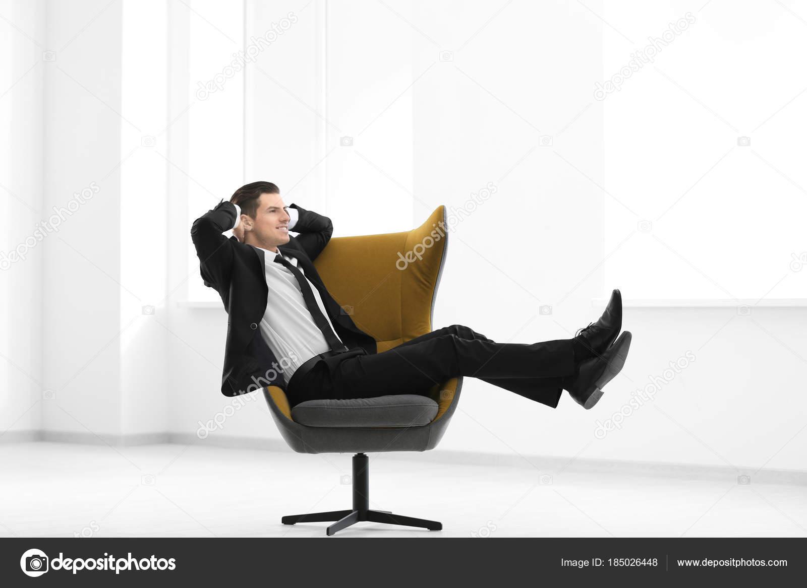 f6edc5331 Empresário Bonito Sentado Uma Poltrona Confortável Dentro Casa — Fotografia  de Stock