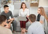 Terapeut pracuje s její skupinou během relace