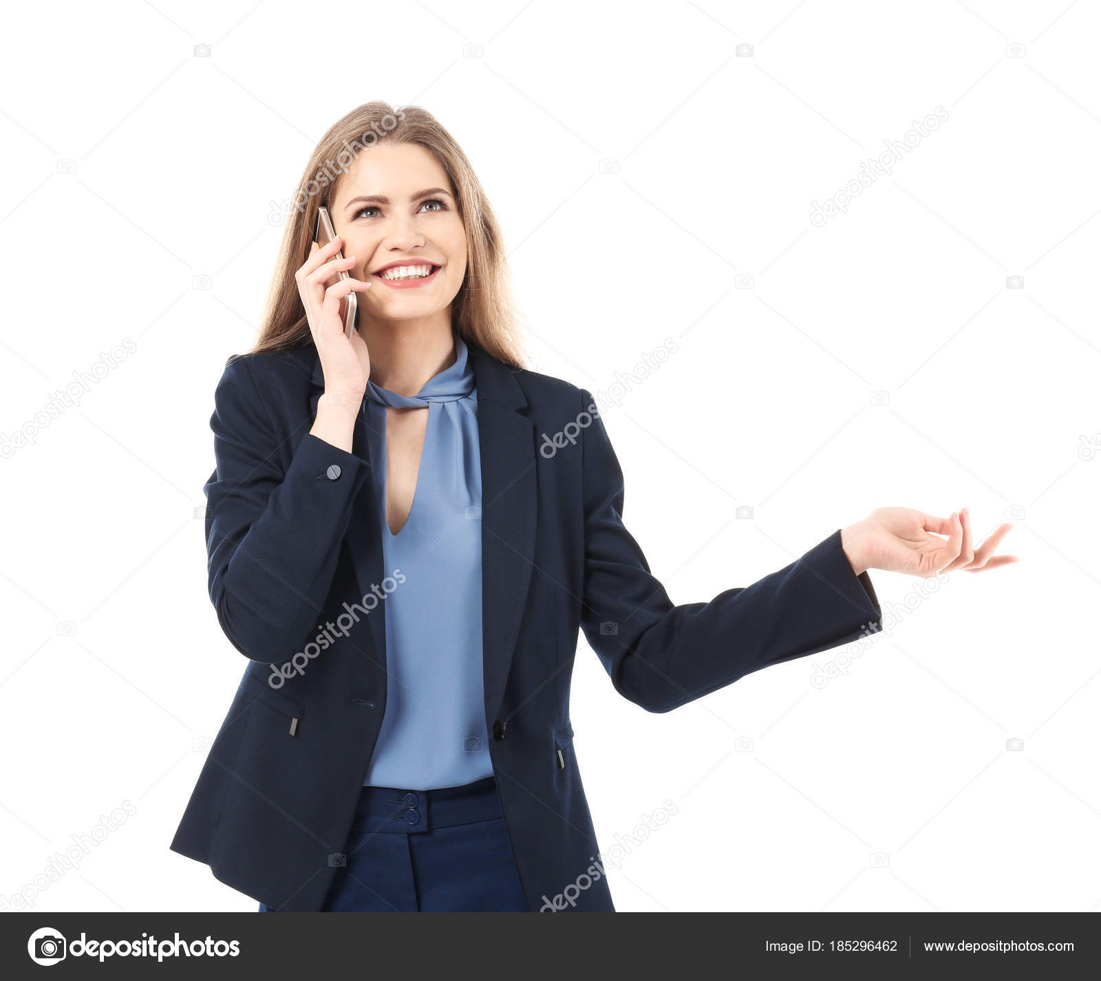 de73b90faa98 Bella giovane donna in vestito elegante comunica dal telefono mobile su  priorità bassa bianca– immagine stock