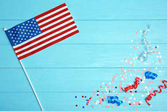 Photo American flag and confetti on wooden background. USA holiday