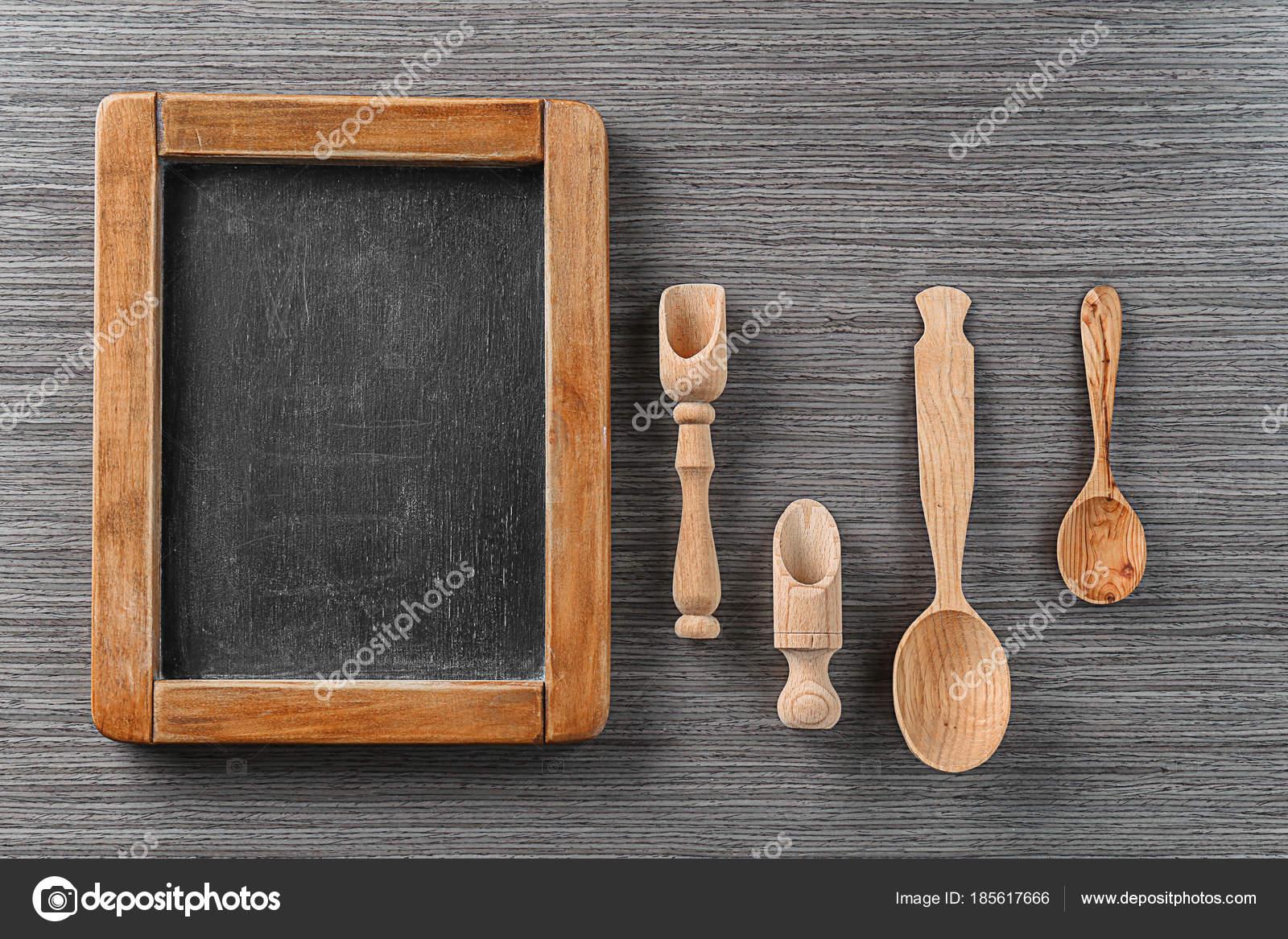 Lavagna e utensili da cucina su fondo di legno. Master corsi di ...