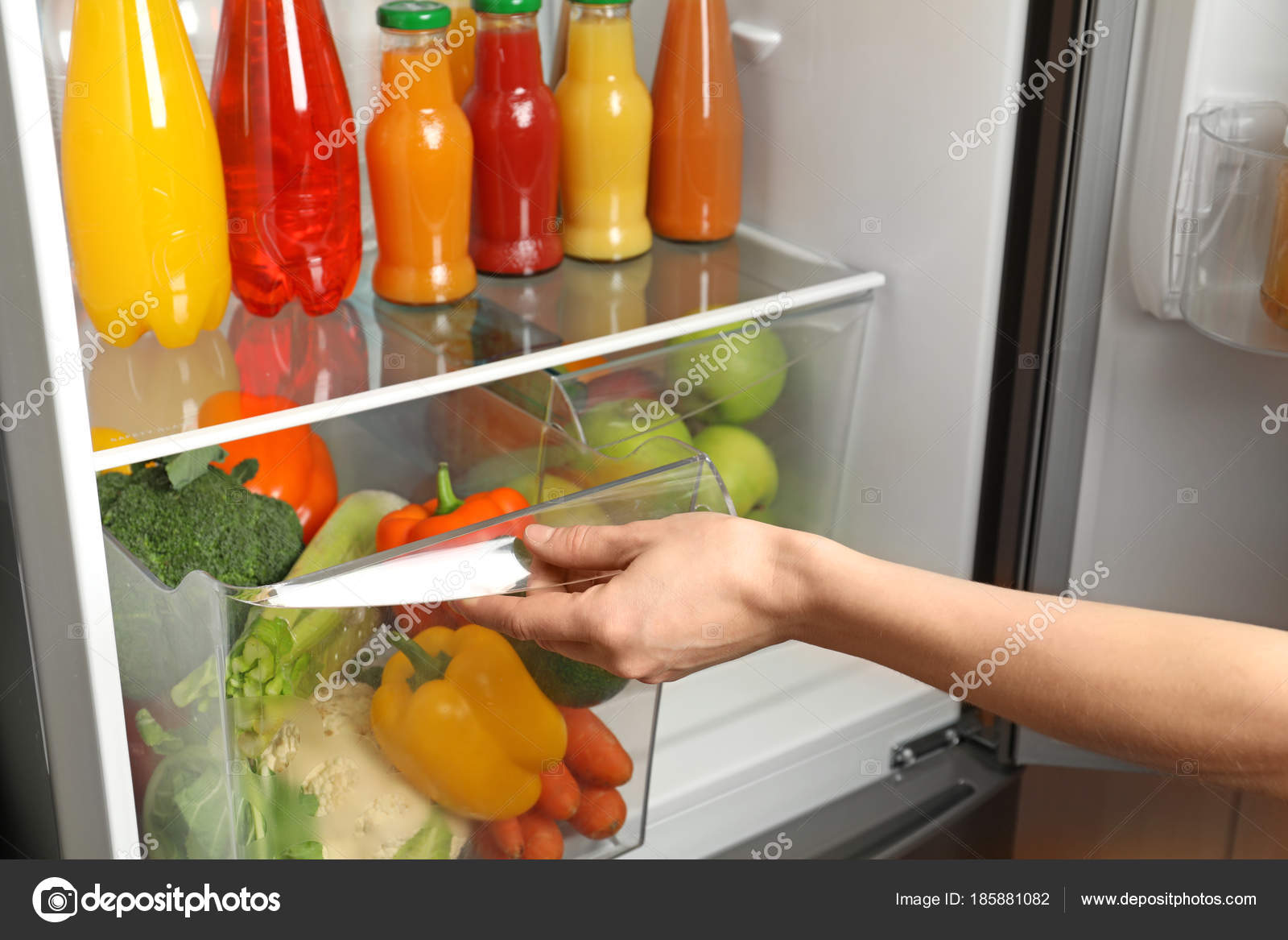 Kühlschrank Schublade : Frau eröffnung schublade kühlschrank mit gemüse u stockfoto