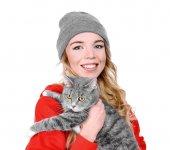 Portré, fiatal nő macska fehér háttér. Kisállat tulajdonos