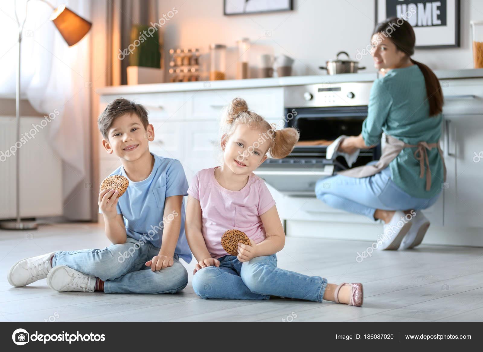 Keuken Voor Weinig : Weinig kinderen eten cookies in de buurt van de oven in keuken