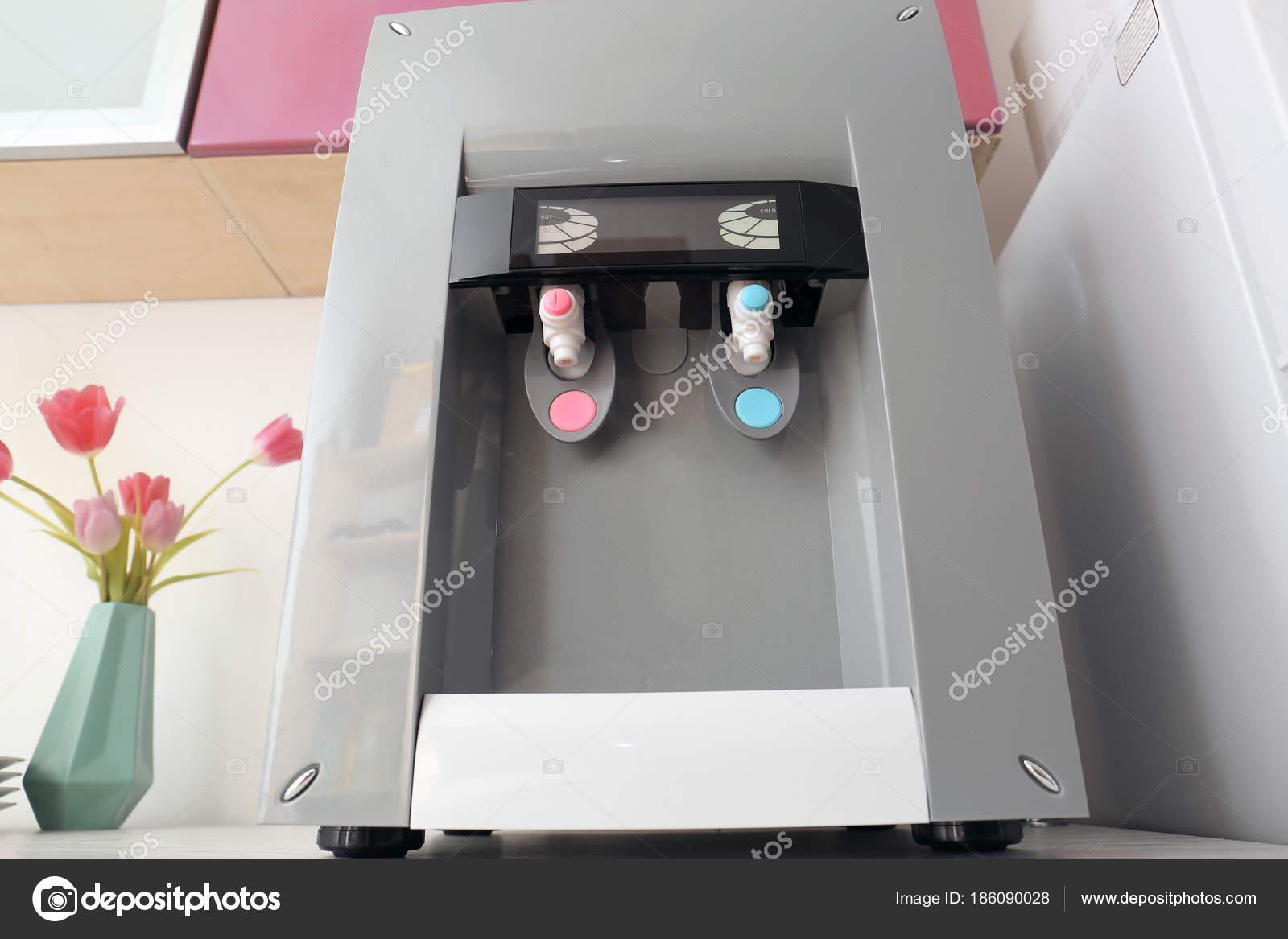 Moderne Wasserspender Auf Tisch Der Küche — Stockfoto © belchonock ...