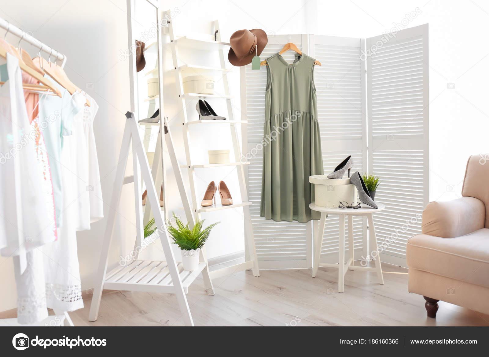1a5d1643e7ba Stylové oblečení a boty v šatně. Módní šatník — Stock Fotografie ...