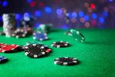 Gettoni da gioco sul tavolo verde di casinò