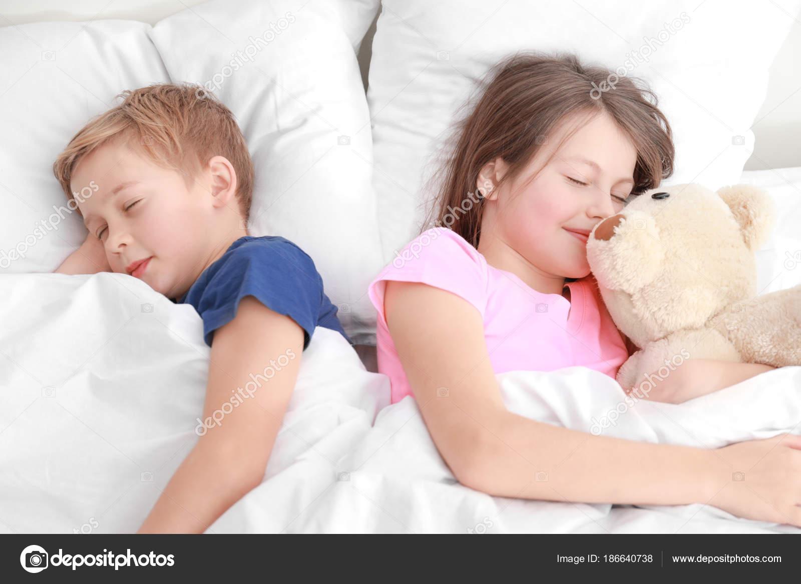 Трахнул красивую сестру пока она спала, У брата и сестры одна комната на двоих - видео ролик 14 фотография