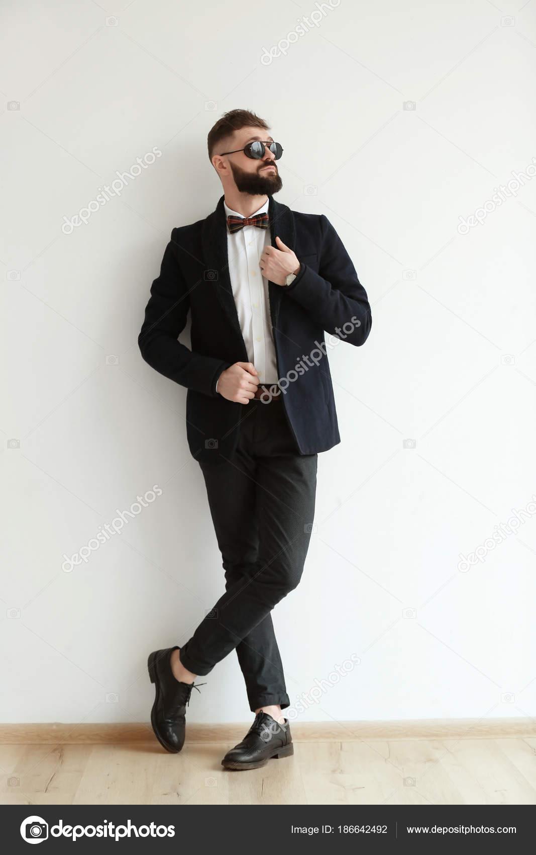 Abiti Eleganti Hipster.Ritratto Bello Hipster Abito Elegante Vicino Muro Luce