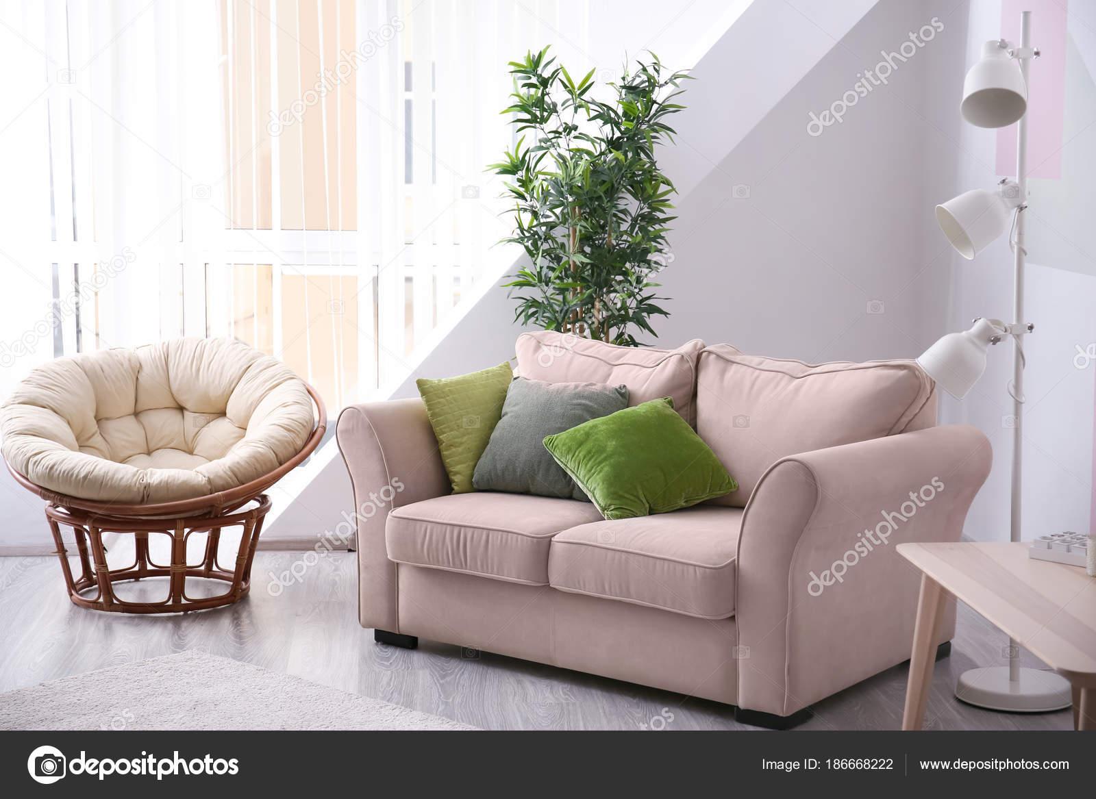 Stijlvolle Woonkamer Interieur Met Comfortabele Sofa Lounge Stoel ...