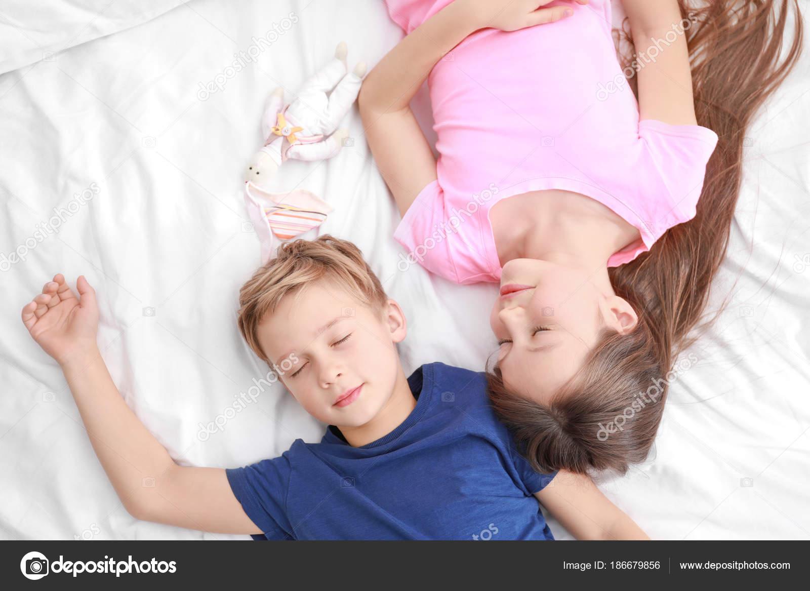 Брат трахнул спящую сестру видео