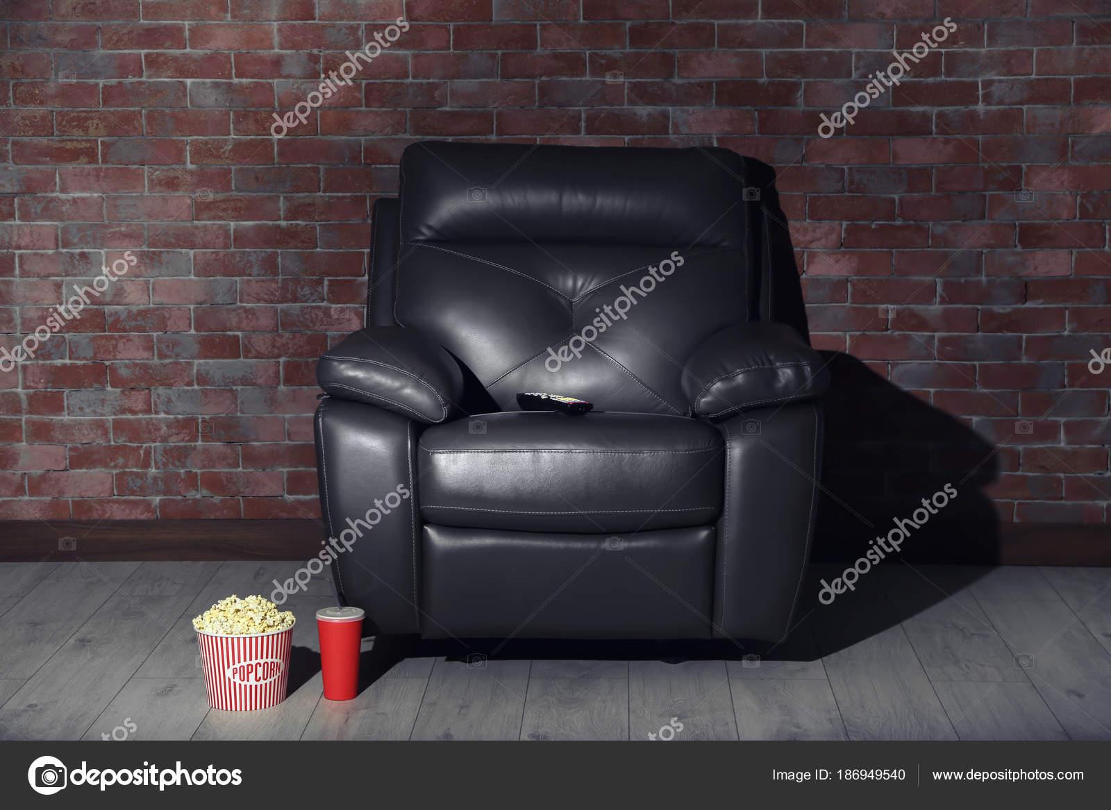 Comoda poltrona con telecomando popcorn bevande home cinema u2014 foto
