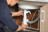 Profesionální instalatér upevnění dřezu, closeup