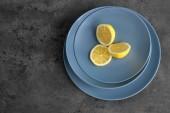 Desky s nasekaný citrón na šedém pozadí