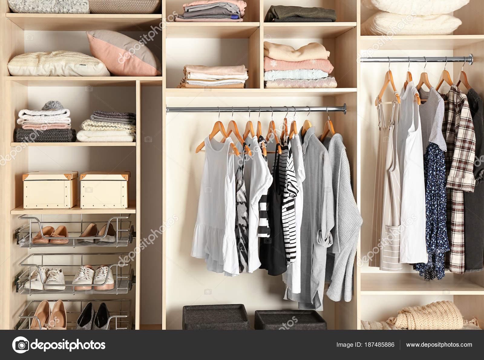 Großer Kleiderschrank mit verschiedenen Kleider und Schuhe ...