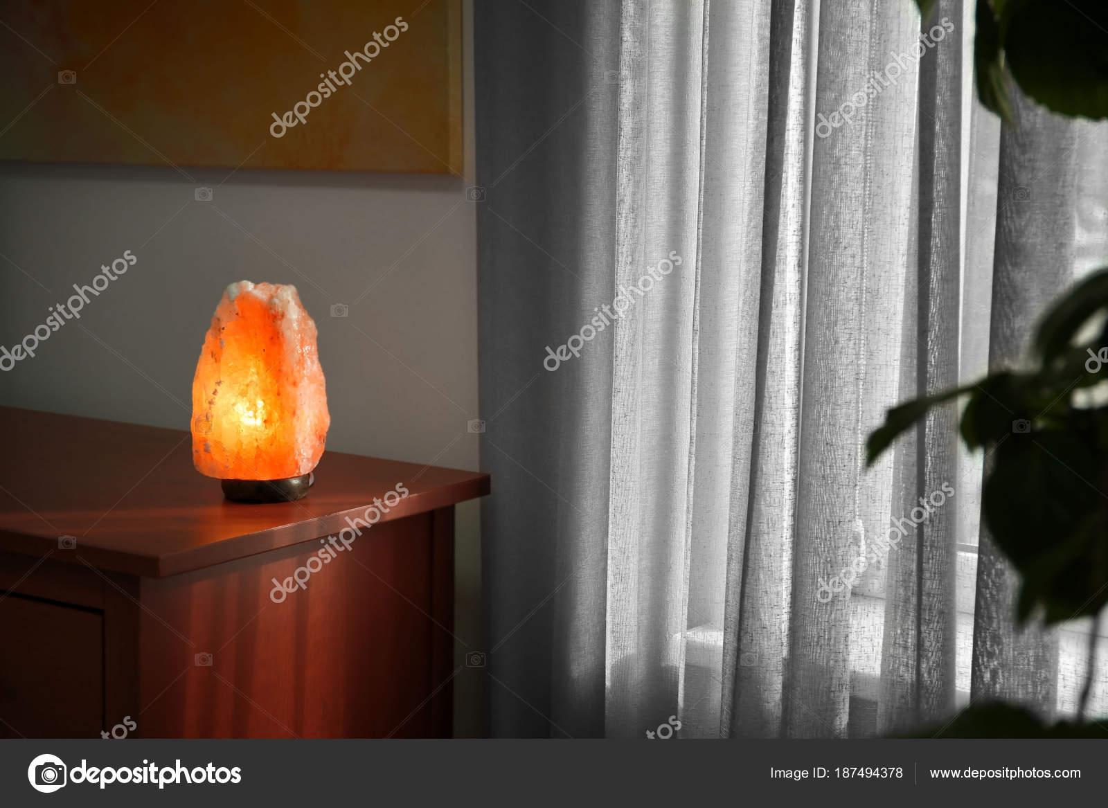 Lamp In Kast : Himalaya zout lamp op houten kast binnenshuis u stockfoto